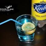 Gin z tonikiem na niebiesko