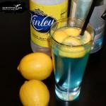 Niebieska wódka z tonikiem