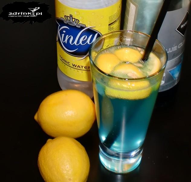 Niebieska wodka z tonikiem