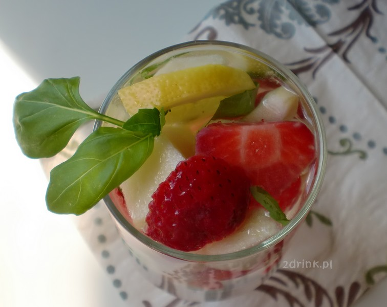 Lemoniada z truskawkami i bazylią