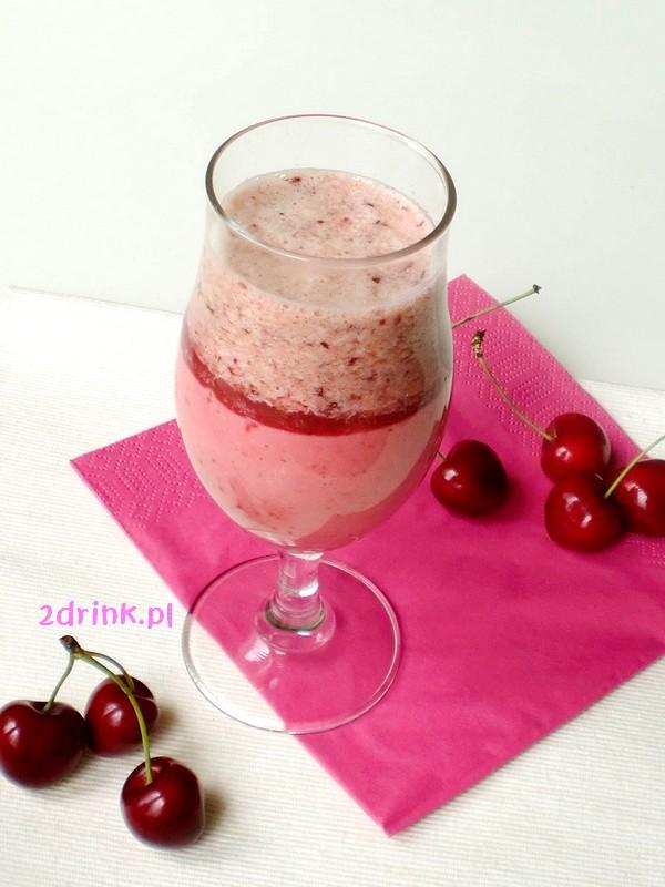 Dwuwarstwowy koktajl z truskawek i czereśni
