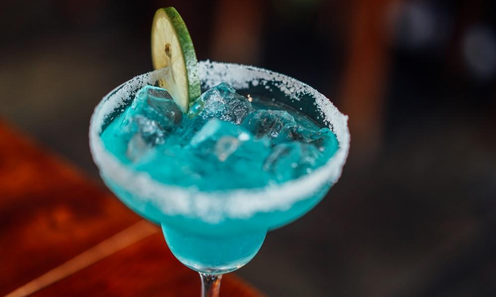 Blue Curacao – gdzie kupić, ile kosztuje, czym zastąpić – przydatne informacje