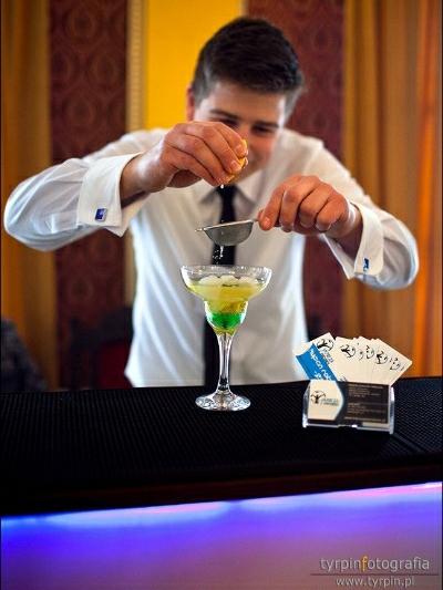 """""""Zmęczonym wujkom serwujemy drinki ziołowe…"""" – jak pracują barmani na weselach?"""