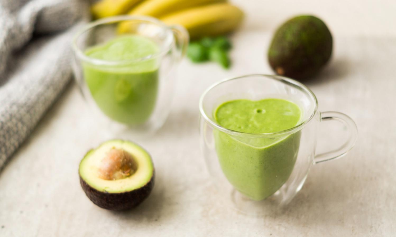 Zielony koktajl z awokado i szpinakiem